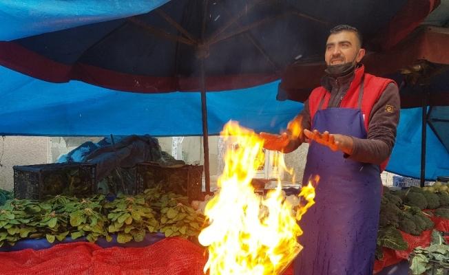 Pazarcıların kar altında zorlu ekmek mücadelesi
