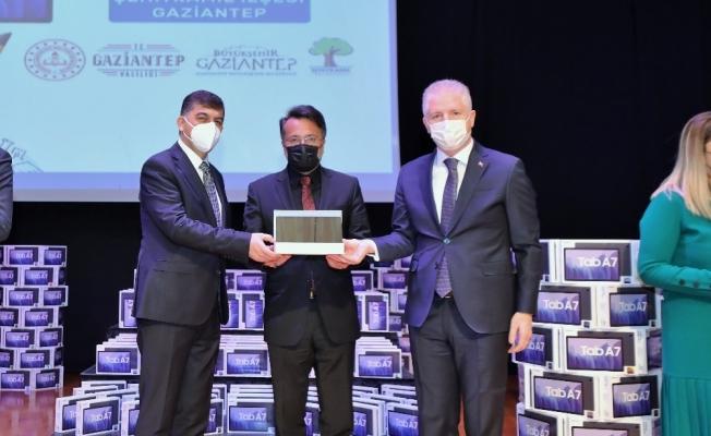 Şehitkamil'den eğitime 10 bin adet tablet desteği