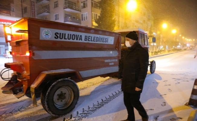 Suluova'da ekiplerin yoğun kar mesaisi