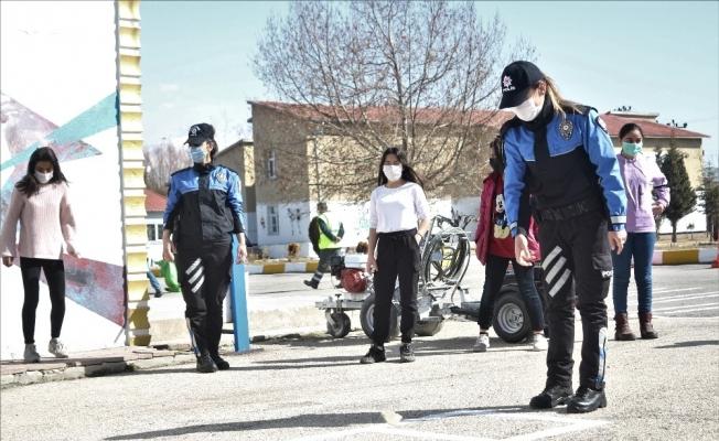 Van polisi öğrencilerle seksek oynadı