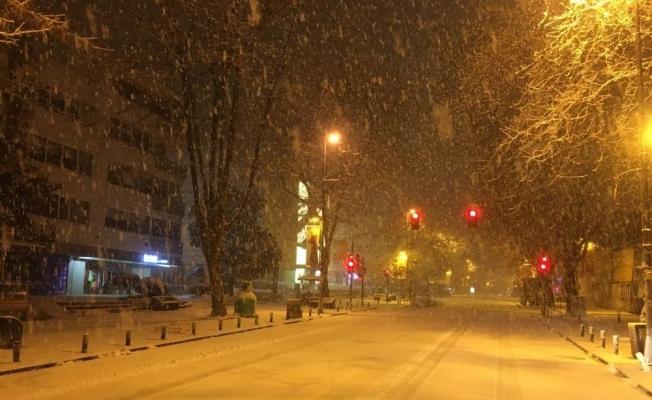 Yoğun kar yağışının devam ettiği Anadolu Yakasında Bağdat Caddesi beyaza büründü