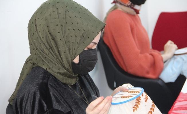 Geleneksel tel kırma eğitimi alan kadın kursiyerler birbirinden güzel nakış çeşitleri yapıyor