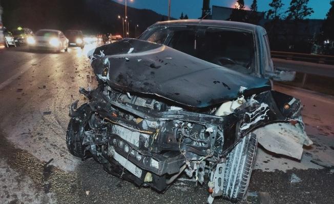Kontrolden çıkan otomobil önce bariyere sonra tıra çarptı: 1 yaralı
