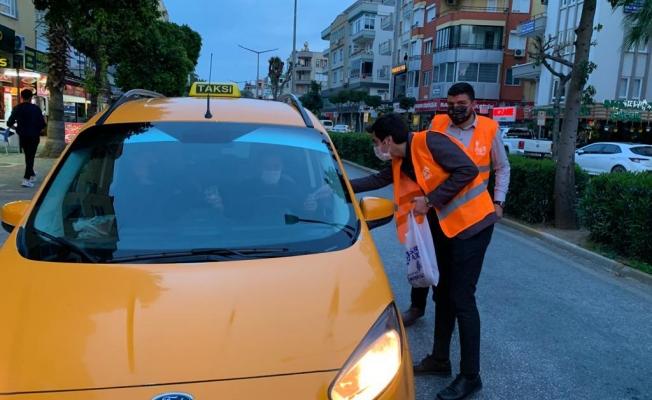 Alanya'da iftara yetişemeyenlere AK Partili gençler yetişti