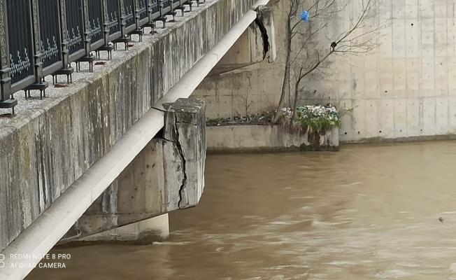 Devrek'te köyleri bir birine bağlayan köprü tehlike saçıyor