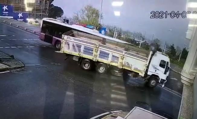 Küçükçekmece'de yolcu otobüsü ile kamyonun çarpıştığı kaza güvenlik kamerasında
