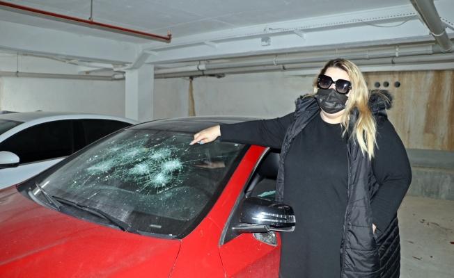Öfkeli genç, Rus kadının lüks aracını hurdaya çevirdi