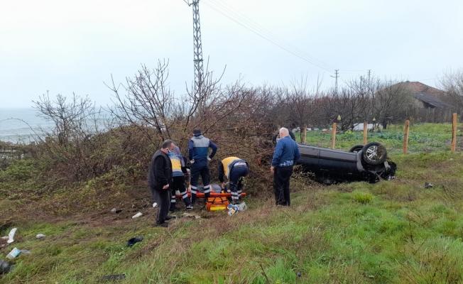 Sinop'ta otomobil tarlaya uçtu: 1'i ağır 2 yaralı