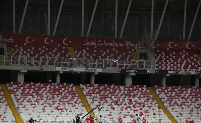 Sivasspor - Beşiktaş maçında ışıklar söndü, maç durdu