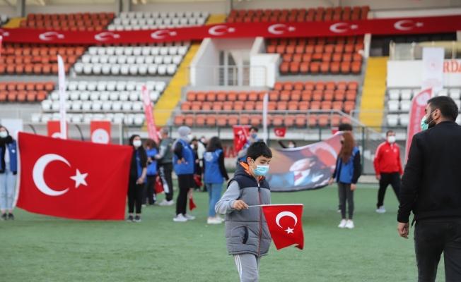 Ardahan'da stadyumda İstiklal Marşı okunarak 19 Mayıs kutlandı