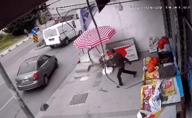 Arnavutköy'de yolun karşısına geçmeye çalışan genç kıza minibüs çarptı, o anlar güvenlik kamerasına yansıdı