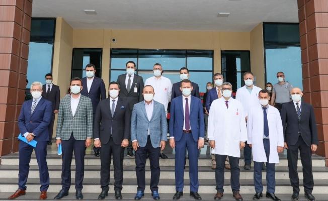Bakan Çavuşoğlu, Antalya'da hastane yönetimini ziyaret edip brifing aldı