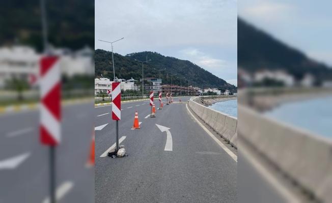 Çanakkale İzmir Karayolunda çökme nedeniyle bölünmüş yolun bir şeridi trafiğe kapatıldı