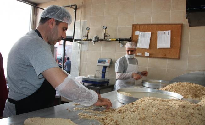 Diyarbakır'da tatlıcıların bayram mesaisi başladı: 50 bin kilogram tatlı üretildi