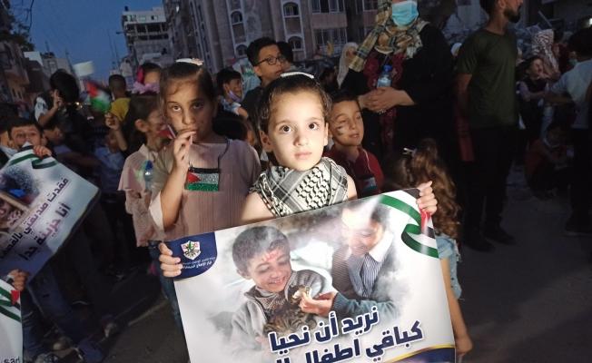 Filistinli çocuklar, İsrail saldırılarında ölen çocuklar için 66 mum yaktı