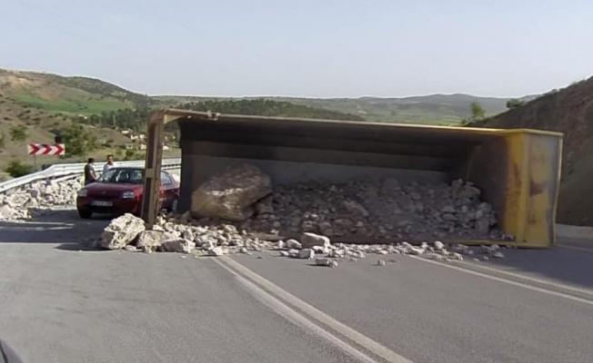 Hafriyat kamyonu devrildi, sürücü yara almadan kurtuldu