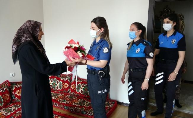 """Kadın polislerden şehit annesine """"Anneler Günü"""" ziyareti"""