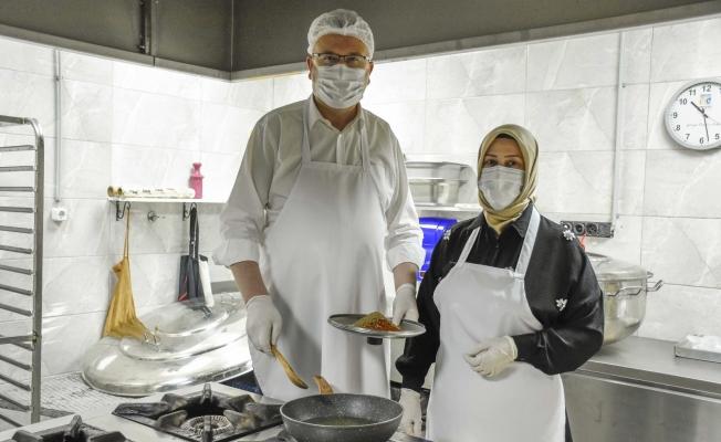 Karacabey'de Özkan ailesi, ihtiyaç sahipleri için aşevine desteğe koştu