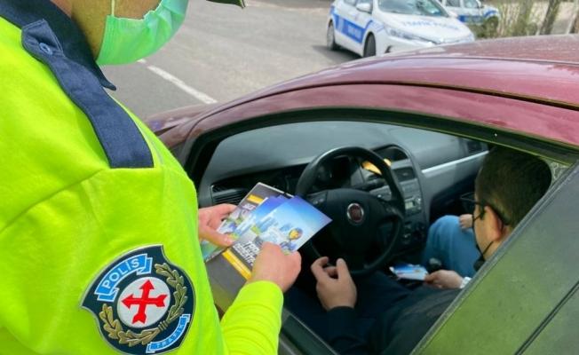 Kars'ta trafik ekipleri broşür dağıttı