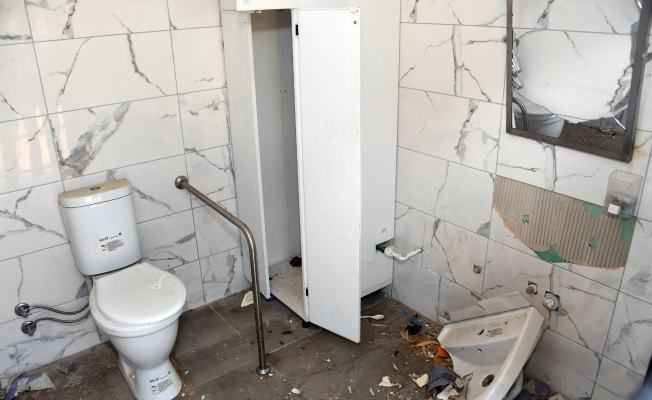 Mersin'de sahildeki tesisler tahrip edildi