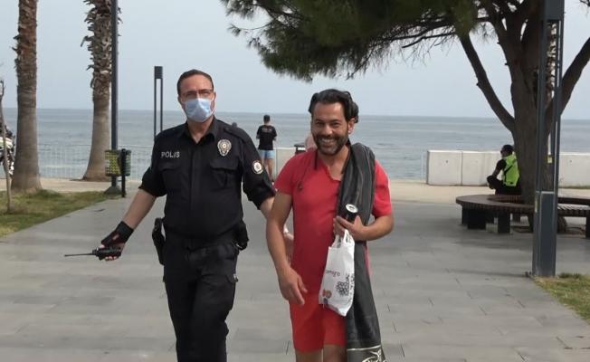 (Özel) Kısıtlamada sokakta yakalanıp ceza yiyince polislerin elini öpmek istedi