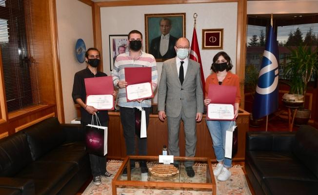 Rektör Erdal, Komşu Evdeki Oyun Projesi'nde görev alan öğrencilerini kutladı