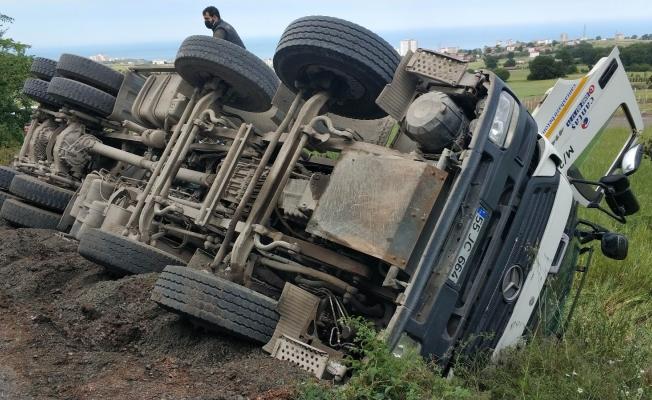 Samsun'da çöken yolda beton mikseri devrildi: 1 yaralı