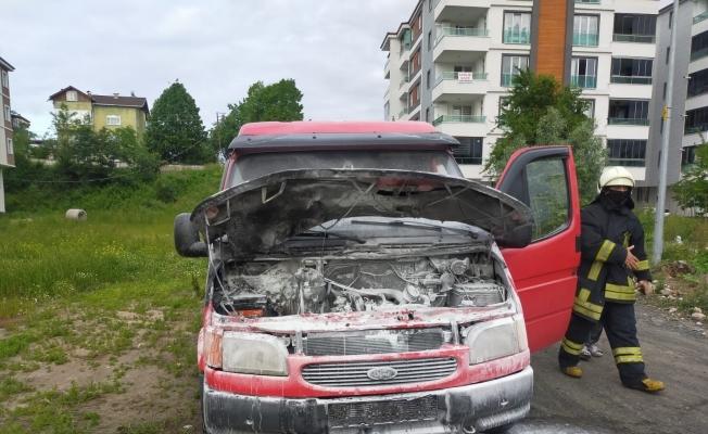 Seyir halindeki minibüste yangın çıktı