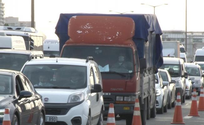 Tam kapanmada Mahmutbey Gişeler'de trafik yoğunluğu