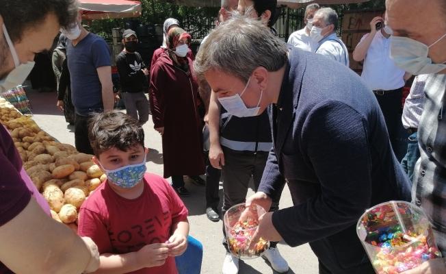 Vali Aydoğdu, semt pazarında esnaf ve vatandaşlara şeker ikram edip bayramlaştı