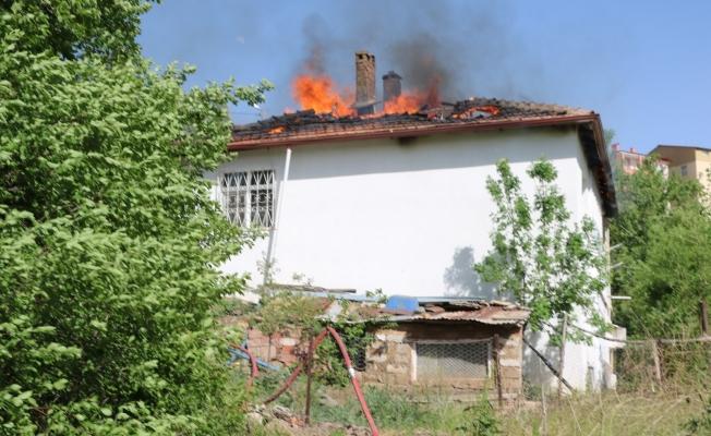Yangında müstakil evin çatısı kullanılamaz hale geldi