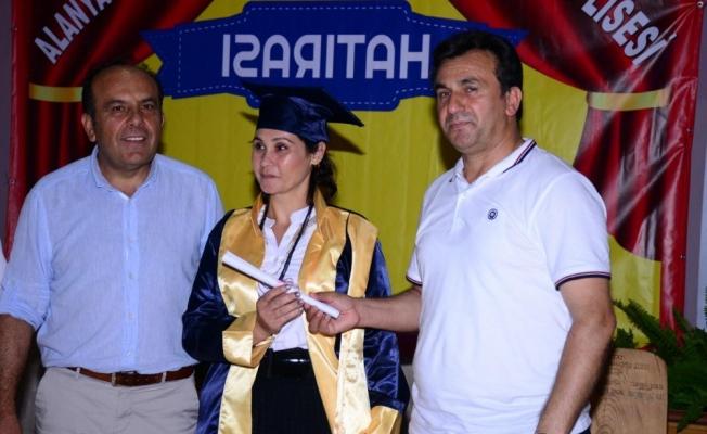 Alanya'da anne ve oğlu aynı liseden mezun oldu