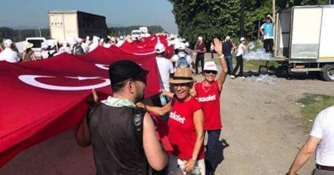 Bayrağı Alanyalılar da taşıdı