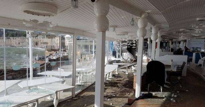 Dev dalgalar bir restoranı yıktı