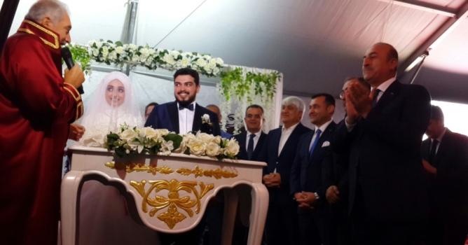 Düğüne bakan katıldı