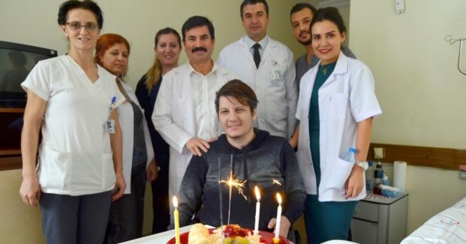 Gazi'ye hastanede sürpriz doğum günü