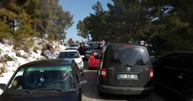 Kar merakı trafiği kitledi