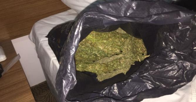 Otel odasına uyuşturucu baskını