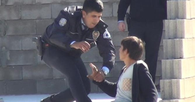Polis, intiharın eşiğinden son anda aldı