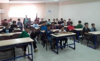 Gençler Kuran okumayı öğreniyor