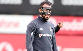 Negredo özel maskeyle çalışıyor