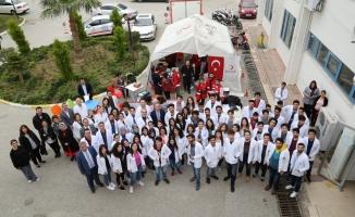 Tıp fakülteliler kan bağışı yaptı
