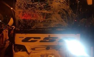 Mahmutlar'da yolcu otobüsü midibüsü biçti: 2 yaralı