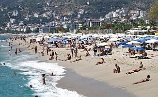 Turistler sahili doldurdu