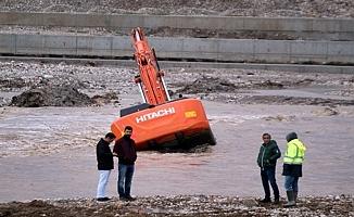 Aşırı yağıştan iş makinesi suya gömüldü