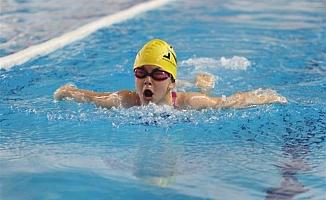 Öğrenciler yüzme öğreniyor
