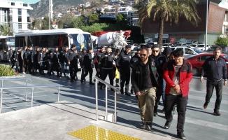Alanya'da yakalanan 16 uyuşturucu satıcısı tutuklandı