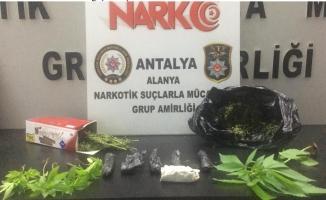 Alanya'da motosikletlinin üzerinden uyuşturucu çıktı