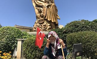70 yaşındaki Sultan teyze dolandırıldığı için eylem yapıyor
