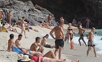 Alanya plajlarında 'iğne atsan yere düşmeyecek' yoğunluk